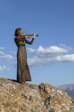 violinista: Muchacha del violinista, concierto en la monta�a