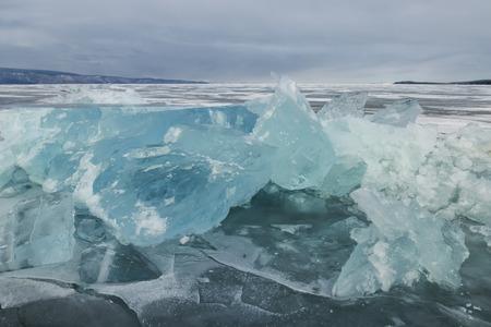 Vue extérieure de blocs de glace sur le lac de Baïkal gelé en hiver Banque d'images - 40265324