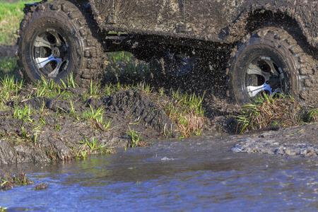 SUV šplouchnutí na řece venkovní, cestování na silnici. Reklamní fotografie