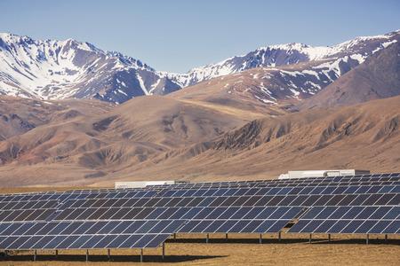 Elektrárna využívání obnovitelných zdrojů solární energie ze slunce v horách Reklamní fotografie