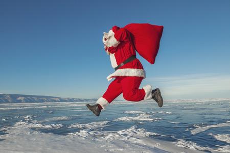 Père Noël saute par-dessus le lac gelé Banque d'images - 41642670
