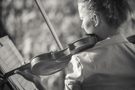 Portret van een meisje violist, speelde in het orkest in de zomer in de open lucht