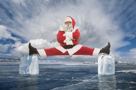 Père Noël fait étirements entre deux cubes de glace Banque d'images - 48648248
