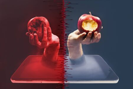 The temptation of knowledge, Internet access. Hand with an apple in a smartphone Banque d'images - 142817979