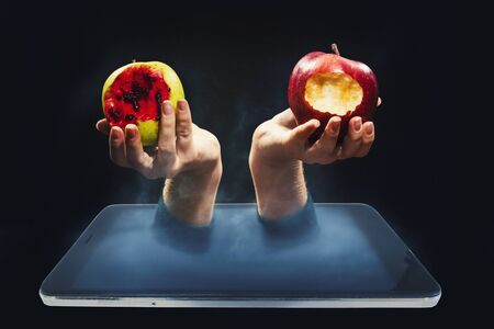 The temptation of knowledge, Internet access. Hand with an apple in a smartphone Banque d'images - 142818151