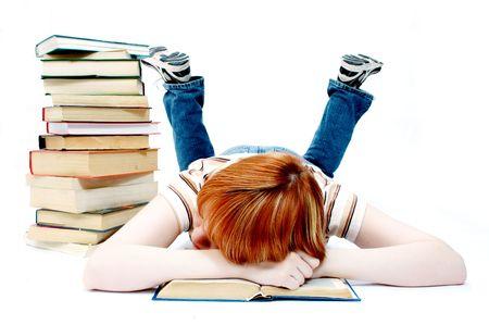 la ragazza giovane ha letto il libro sul bianco
