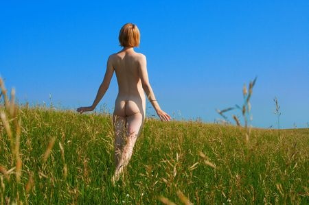 ni�a desnuda: muchacha desnuda en campo