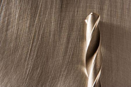 ferreteria: El taladro establece en la hoja de metal rayado