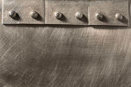 ferreteria: remachado costura en la hoja de metal rayado