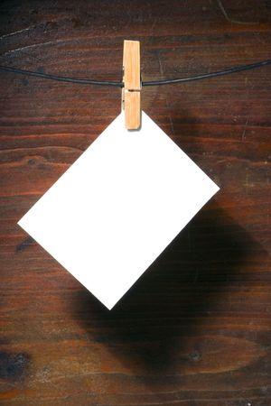 Libro bianco vestiti peg-corda su legno grunge background Archivio Fotografico