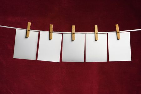 załączyć: pięć białych poślizgu papieru dołączyć do liny na czerwony spinacz do bielizny