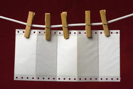 załączyć: Perforacja papieru doÅ'Ä…czyć ubrania peg do liny na tle żylne Zdjęcie Seryjne
