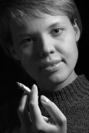 fille fumeuse: pr�s de fumer-fille en noir et blanc portrait