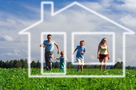 famiglia madre padre e due bambini a correre a casa di sogno sotto cielo blu