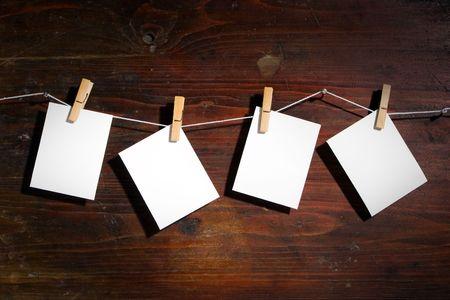 attach?: Papel fotogr�fico atribuyen a la cuerda con la ropa gira sobre fondo de madera  Foto de archivo