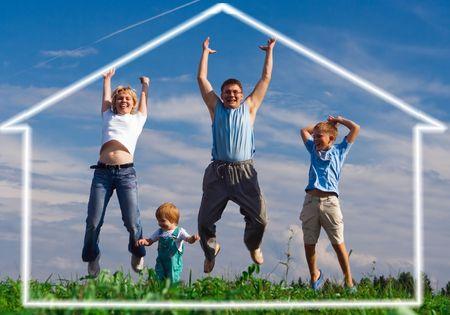 la famille sautant dans la maison de leur r�ve sous le ciel bleu