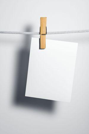 załączyć: puste na białym papierze liny przywiązują ubrania-peg Zdjęcie Seryjne