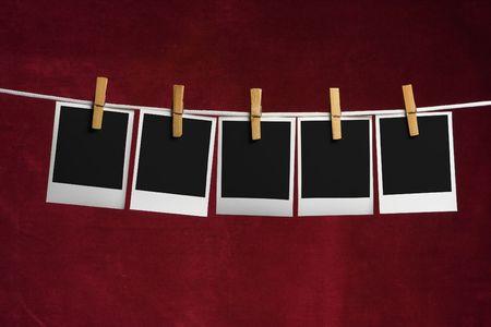 adjuntar: cinco en blanco palaroid adjuntar a la clavija de la cuerda de ropa en rojo