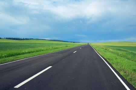 il panorama della strada, le nuvole e il cielo blu
