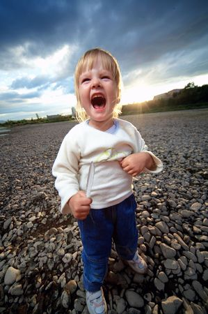 feathe: little child cry scream outdoor