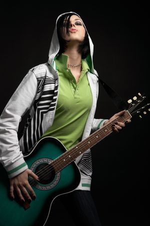 durchbohrt: EMO M�dchen mit Gitarre auf schwarzem Hintergrund