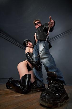 couple de jeunes f�tiche brutale sexy dans la salle