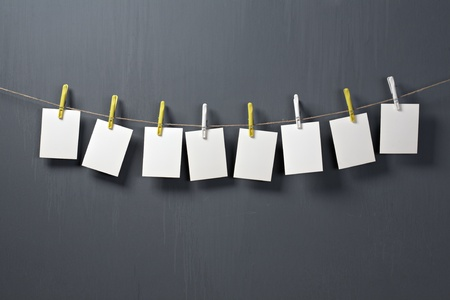 papier photo en blanc sur fond gris