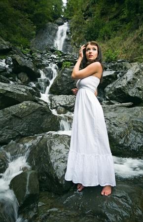 cascades: schoonheid vrouw op water val in Abchazië forest