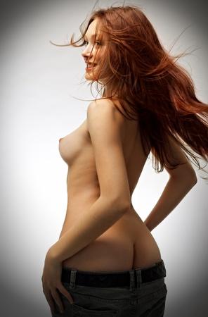 Ritratto di donna redhaired bellezza su sfondo grigio