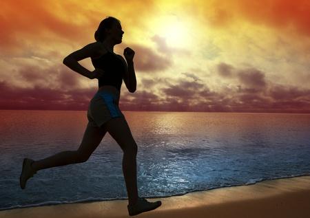 Bella donna giovane in esecuzione su una spiaggia al tramonto