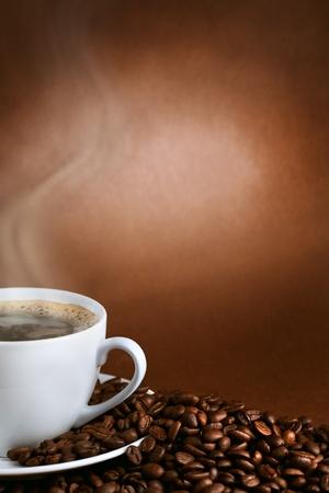 grains of coffee: Copa caliente de ciffee sobre fondo marr�n Foto de archivo