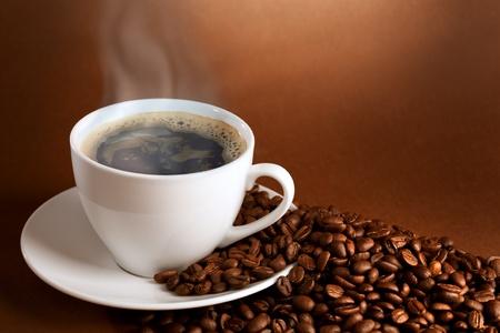 filiżanka kawy: ciepÅ'y kubek ciffee na tle brÄ…zowego