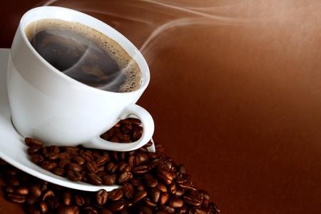 warme kop van ciffee op bruine achtergrond