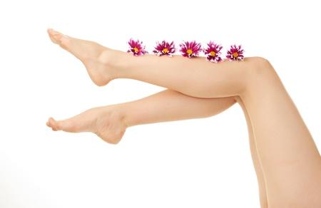 gamba di donna su sfondo bianco