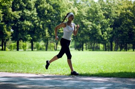 Donna, correndo nel parco