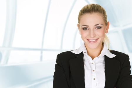 zakenvrouw in de moderne glas interieur