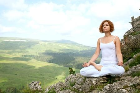 vrouw training yoga op schoonheid landschap