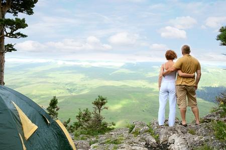 jeune couple sur la nature avec la tente Banque d'images