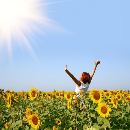 soleil souriant: beaut� femme rousse dans le champ de tournesol
