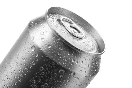 jarra de cerveza: lata de cerveza aisladas sobre fondo blanco