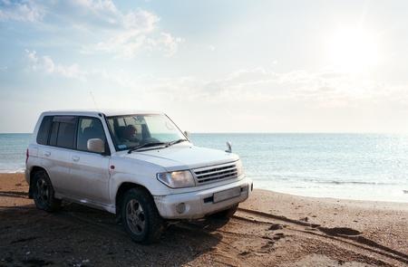 off-road voertuig op het zandstrand Stockfoto