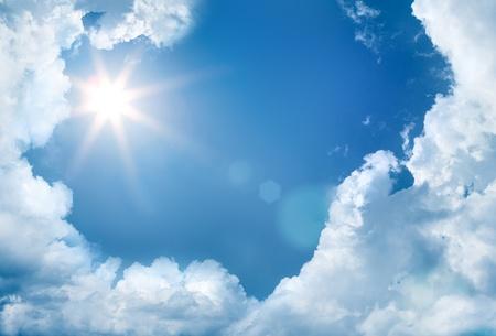himmel wolken: Himmel mit Wolken und Sonne Lizenzfreie Bilder