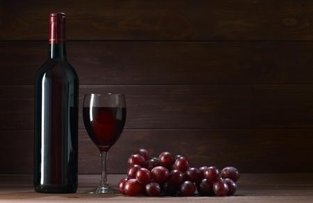fles wijn in de kelder van houten Stockfoto