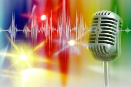 microfono de radio: Micrófono retro con la onda de audio en centro de atención