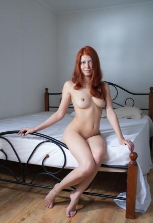 desnudo: belleza mujer desnuda en el dormitorio Foto de archivo