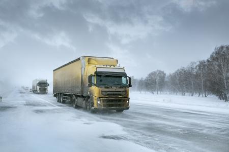 transportes: Winter transporte de carga por camión Foto de archivo