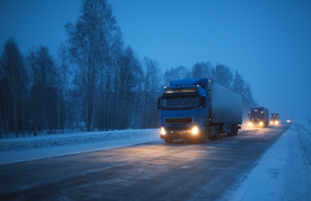 Vervoer winter goederenvervoer per vrachtwagen Stockfoto