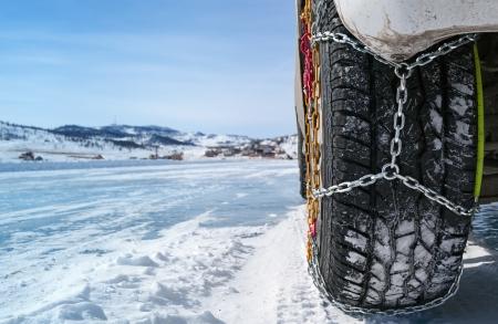 stuur van een auto met kettingen op sneeuw