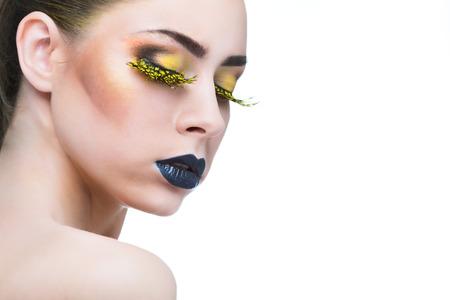 arrogancia: belleza de la mujer con largas pestañas de color amarillo y los labios negros sobre fondo blanco