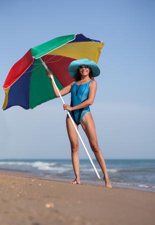 Schoonheid vrouw op zee zand strand onder blauwe hemel